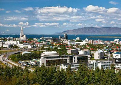 Udsigt over Reykjavik og bjergene i baggrunden.