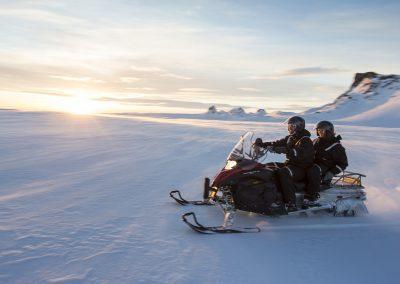 Snescooter eller snowmobile i Island på gletsjeren