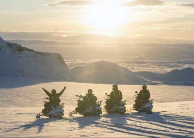 Snescooter på en gletsjer i Island.
