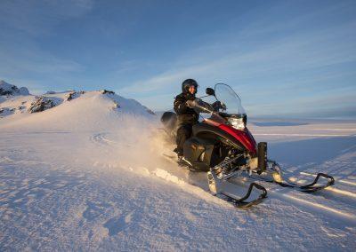 Snescooter på gletsjeren i Island