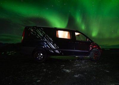 AutoCamper Van i Island og nordlys
