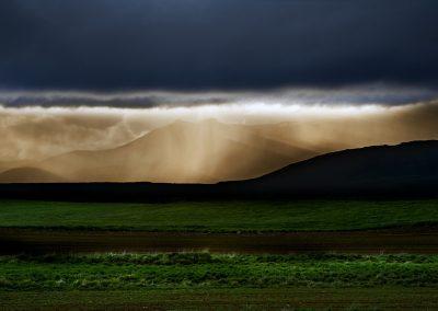 Smukt aftenlys over bjergene i Island