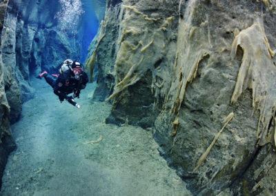 Dykke ved Sifra-kløften ved Thingvellir i Island