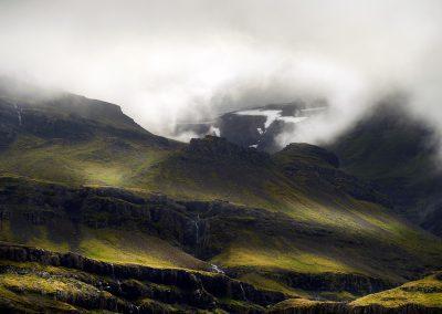 Bjerge ved Østfjordene med tåge og skyer