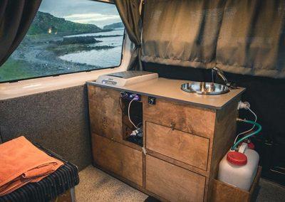 Auto Camper Van i Island - med en praktisk indretnig