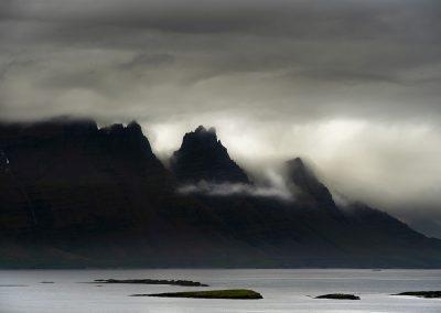 Dramatisk lys over de høje bjerge i Øst-Island