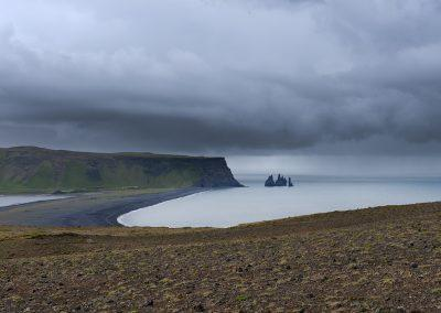 Udsigt fra Dyrholaey mod Reynisfjara og Reynisdrangar klipperne ude i vandet