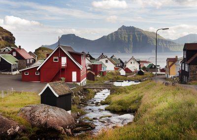 En idyllisk bygd eller landsby på Færøerne - Rejser til Færøerne med Færøernerejser