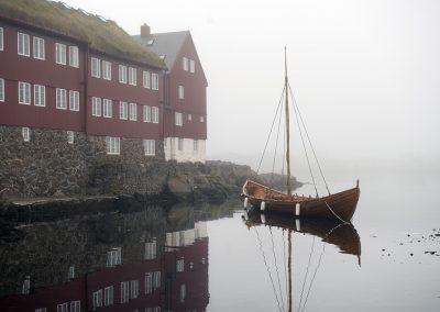 Et flot vikingeskib i havnen ved Torshavn, hovedstaden på Færøerne.