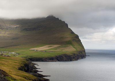 De spændende og smukke grønne bjerge på Færøerne. Ferieoplevelser for livet.
