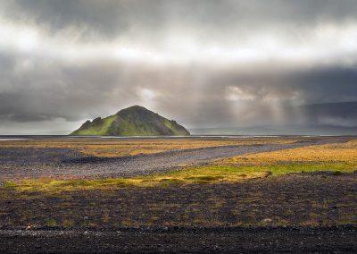 Et enligt bjerg i landskabet på vej til Thorsmörk området :: foto: Lars Viberg - ISLANDSREJSER