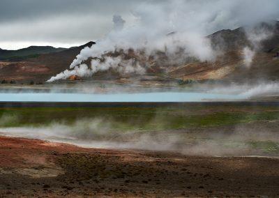 Smukt syn af en sø med blåhvidt vand og masser af geotermisk aktivitet - tæt ved Mývatn :: foto: Lars Viberg - ISLANDSREJSER