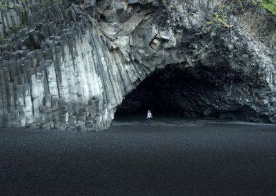 Grotte ved de spændende basaltklipper langs Reynisfjara :: foto: Lars Viberg - ISLANDSREJSER