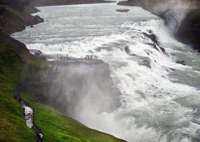 Gullfoss vandfaldet hvor man kan stå ude ved klippen midt i vandfaldet