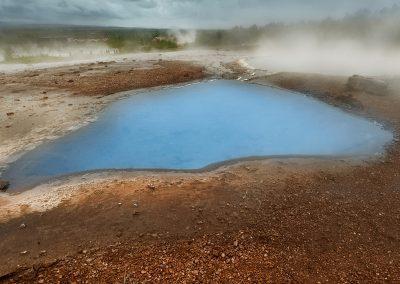Farverigt vand ved Geysir geotermiske område