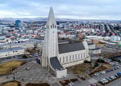 Hallgrimskirken - en ikonisk bygning der kan ses over store dele af Reykjavik.