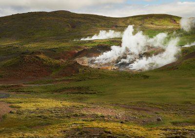 Udsigt over dampende landskaber og varme kilder ved Hveragerdi