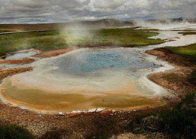 Spændende farver ved Hveravellir geotermiske område inde midt i højlandet