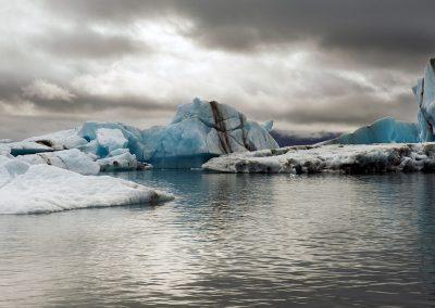Spændende farver i isbjergene der flyder rundt i Jökulsárlón gletsjerlagune :: foto: Lars Viberg - ISLANDSREJSER