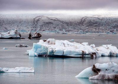 Flot syn ved Jökulsárlón med Vatnajökull i baggrunden