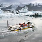 Når I besøger Jökulsárlón er der mulighed for en sejltur mellem isbjergene fra den kælvende Vatnajökull.
