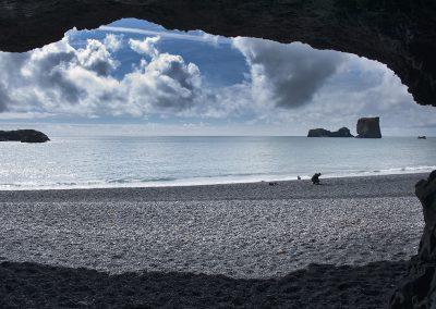 Ved stranden omkring Dyrholaey findes der grotter i klippevæggen