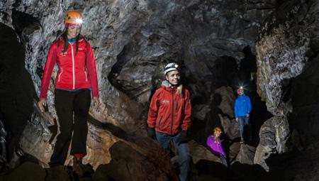 Vulkanerne i Island har skabt en storslået undergrund. Kom bl.a. ind i en vulkan og spændende grotter.