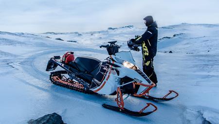 Snescooter i Island på Eyjafjallajökull-gletsjeren