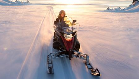 Kør på snescooter på en gletsjer i Island. En naturoplevelse blandet med spændende action