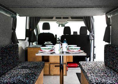 Auto Camper Van i Island - smart indretning med spiseplads