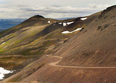 Malerisk grusvej gennem landskabet ved Vestfjordene