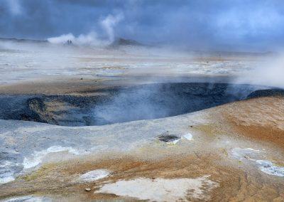 Overalt damper og koger det fra mudderhuller ved geotermiske område Námaskard