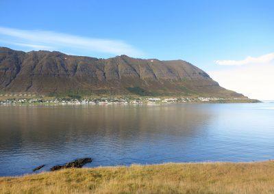 Udsigt over mod byen Neskaupstadur ved de smukke Østfjorde