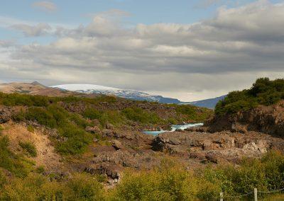 Ved Borgarfjördur kan man opleve vandfaldene Hraunfossar og her med OK gletsjeren i baggrunden