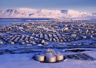 Perlan i forgrund af den vinterklædte Reykjavik.