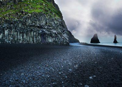 Sorte strande ved Reynisfjara med udsigt til Reynisdrangar klipperne