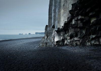 Basaltklipper ved Reynisfjara med udsigt til Dyrholaey :: foto: Lars Viberg - ISLANDSREJSER