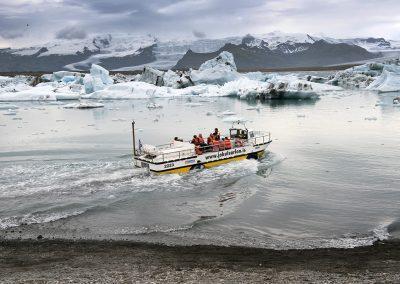 Sejltur på gletsjerlagunen Jökulsárlón kan man sejle i amfibiebåd mellem isbjergene