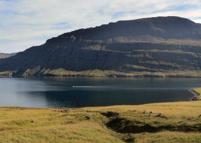 En af de smukke Østfjorde med de karakteristiske bjerge