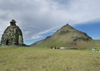 Statuen af sten - trolden Bardur - passer på Snæfellsnes halvøen