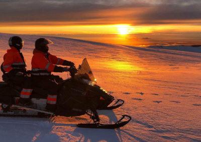 Snescooter på Eyjafjallajökull-gletsjeren i Island på kør-selv ferie og bilferie med ISLANDSREJSER