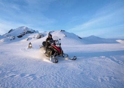 Snescooter på Langjökull-gletsjeren i Island på kør-selv ferie og bilferie med ISLANDSREJSER