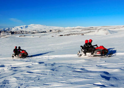 Snescooter på Vatnajökull-gletsjeren i Island på kør-selv ferie og bilferie med ISLANDSREJSER
