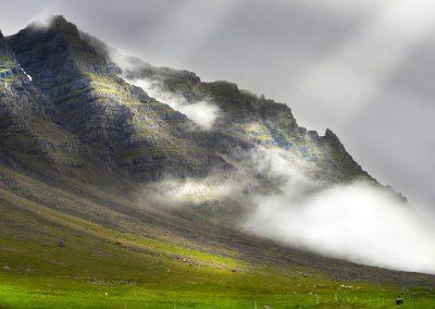 Bjerge ved Østfjordene med lavtliggende skyer