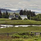 Thingvellir med de karakteristiske huse og kirke midt i området.