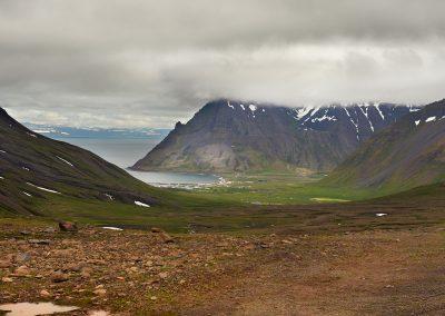 Udsigt over byen og bjergene ved Bolungavik i den nordlige del af Vestfjordene