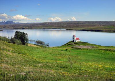 Smuk placering af en kirke ved søen Ulfljotsvatn