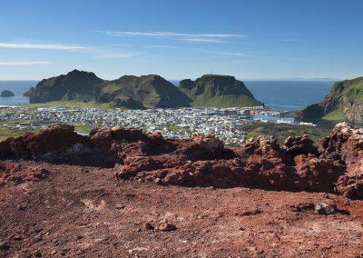 Udsigt fra vulkankrateret Eldfell over byen Heimaey ved Vestmannaøerne