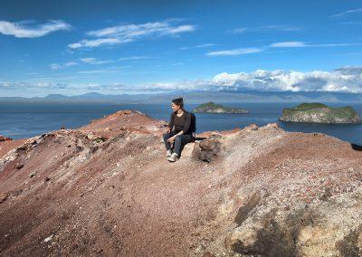 Mette Viberg fra ISLANDSREJSER på toppen af vulkankrateret Eldfell på Heimaey ved Vestmannaøerne