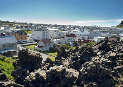 Fra lavaområdet ud over byen Heimaey på Vestmannaøerne :: foto: Lars Viberg - ISLANDSREJSER